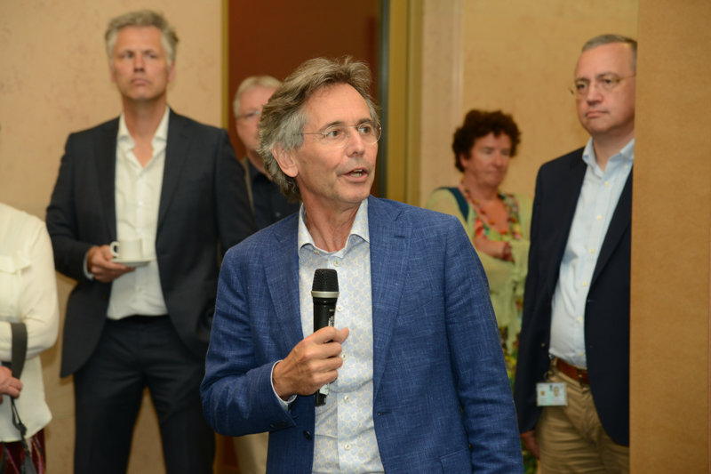 Goof van Gemert, directeur DJI, introduceert de kunstenaar